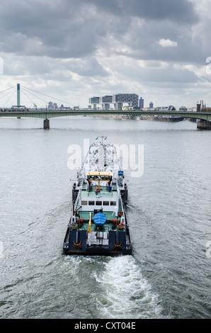 Ein Transportschiff, das Reisen auf dem Rhein in der Nähe von Köln, Nordrhein-Westfalen, Deutschland, Europa - Stockfoto