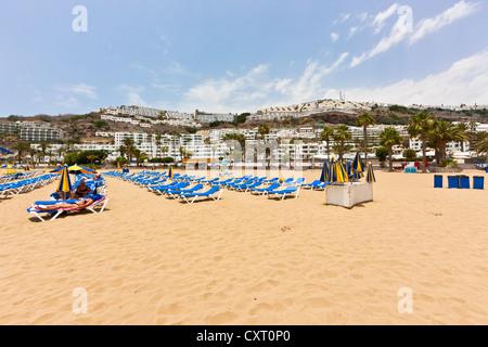 Liegestühle am Strand, Playa Armadores, Puerto Rico, Gran Canaria, Kanarische Inseln, Spanien, Europa, PublicGround - Stockfoto