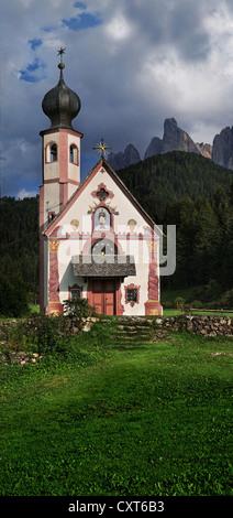 Kleine Kirche von St. Johann in Ranui mit der Geisler Gruppe, Geisler Berge, Villnösser oder Villnösser Tal, Dolomiten, - Stockfoto