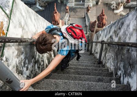 Frau beim Treppensteigen am Wat Arun, der Tempel der Morgenröte, Bangkok, Thailand, Asien - Stockfoto