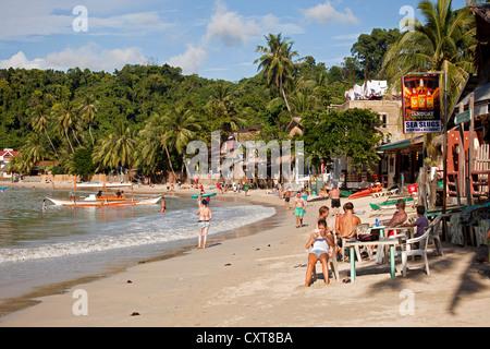 Strandbar und Touristen am Strand, El Nido, Palawan, Philippinen, Asien - Stockfoto