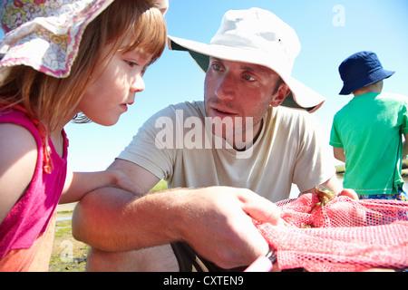 Vater und Tochter Fischen mit Netzen - Stockfoto