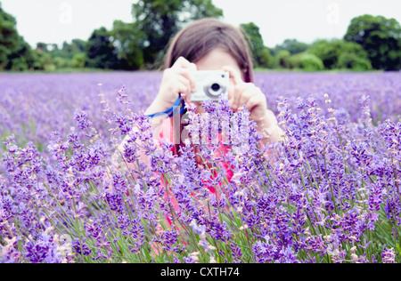 Mädchen Fotos von Blumen - Stockfoto
