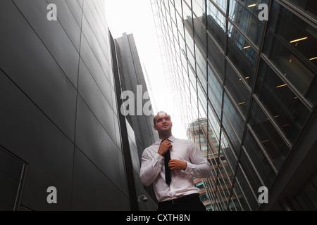 Geschäftsmann zu Fuß auf Stadtstraße - Stockfoto
