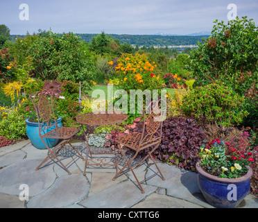 blumentopf auf einem tisch mit st hlen in einem innenhof eines ferienort stockfoto bild. Black Bedroom Furniture Sets. Home Design Ideas