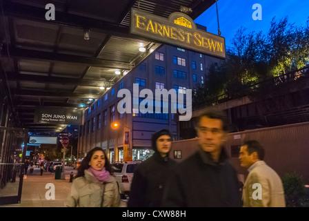 """New York City, NY, USA, Mann zu Fuß, Straßenszenen, """"Ernsthaft genäht"""" Bekleidungsgeschäft Schilder, Sonnenuntergang - Stockfoto"""