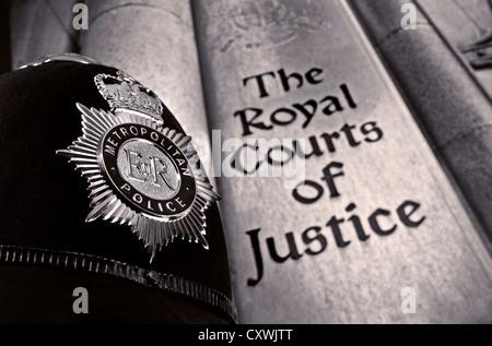 Schließen Sie die Ansicht auf der Metropolitan Police Helm mit Ortseingangsschild Royal Courts von Gerechtigkeit - Stockfoto
