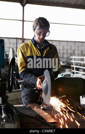 Metallarbeiter mit Mahlwerk im shop - Stockfoto