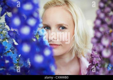 Nahaufnahme von Frau mit großen Blumen - Stockfoto