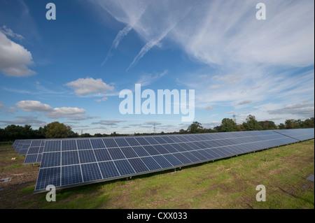 Solar-Panels auf der Parkmauer Farm, Westonzoyland Road, Bridgewater installiert wird. - Stockfoto