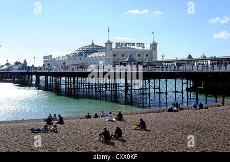Brighton Pier an einem kühlen, aber sonnigen Herbsttag - Stockfoto