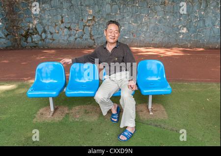 Wutaishan, Nanjing, China. Landwirt im Ruhestand sitzt in einem Park. - Stockfoto