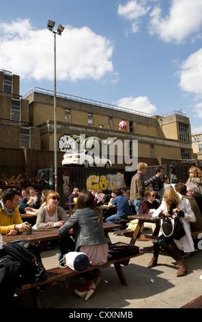 Junge Menschen neben der Old Truman Brewery, Spitalfields, London, England, Vereinigtes Königreich, Europa - Stockfoto