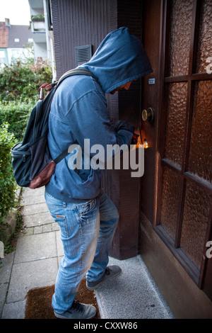 Einbrecher bricht in eine Wohnung. Symbol-Bild. - Stockfoto