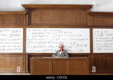 Professor, Lehrer, Tafel, mathematische Formeln, Gleichungen, mathematischen Unterricht, Mathematik, Hörsaal, Universität - Stockfoto