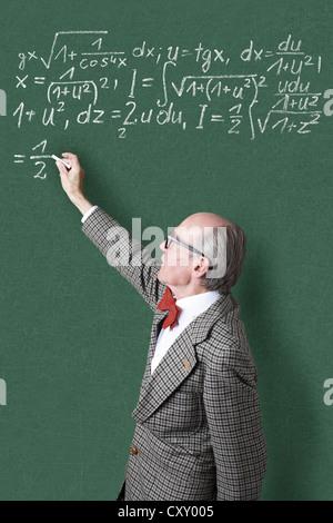 Professor, Lehrer, Tafel, mathematische Formeln, Gleichungen, mathematischen Unterricht, Mathematik - Stockfoto