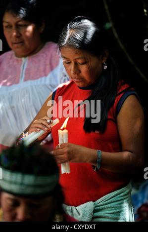 Junge Frau Anzünden von Kerzen am traditionellen Waschungen, um böse Geister abzuwehren und die Seele der indigenen - Stockfoto