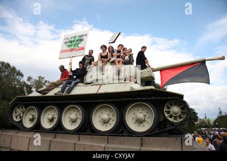 Teilnehmer der Hanf-Parade klettern einen Tank an das Sowjetische Ehrenmal im Tiergarten, Straße des 17. Juni. Juni, - Stockfoto