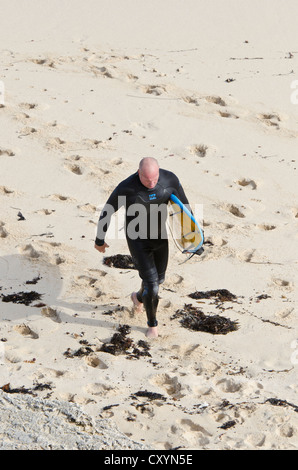 Surfer am Strand in Surfers Point, Prevelly, Margaret River, Western Australia - Stockfoto