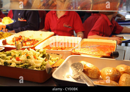Grundschule zur Mittagszeit, Schulkantine Warteschlange, Schule Essen, London, UK - Stockfoto