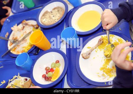 gesunde Schule Abendessen serviert in London-Grundschule. Heißen gesundes Essen in der Schulküche zubereitet. - Stockfoto