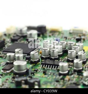 Digitale Hardware Nahaufnahme. Mikrochips und Kondensatoren Montage auf der Leiterplatte-Makro - Stockfoto