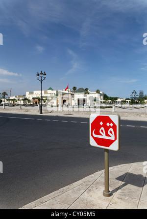Arabische Stop-Schild vor dem Königspalast in Rabat, Rabat-Salé-Zemmour-Zaer, Marokko, Maghreb, Afrika - Stockfoto