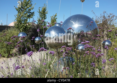 Ein moderner Garten mit Stahlkugeln an Butterfly World, St Albans, Hertfordshire - Stockfoto