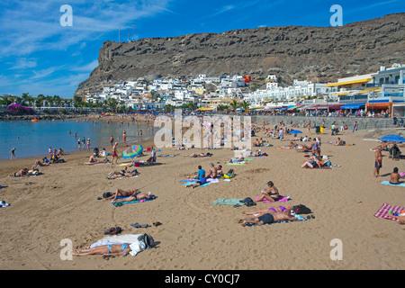 Menschen entspannen am Strand von Puerto de Mogan, Gran Canaria, Kanarische Inseln, Spanien, Europa, Atlantik - Stockfoto