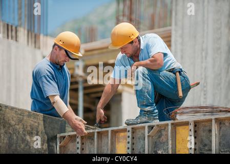 Zwei Bauarbeiter Schalung Rahmen verbindlich - Stockfoto