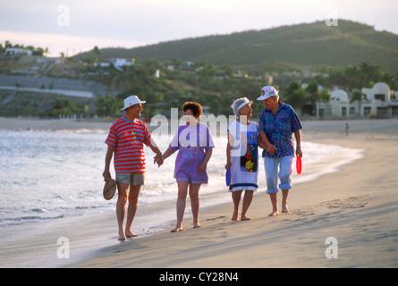 Ältere Paare oder Senioren im Urlaub zu Fuß am Strand von San Jose del Cabo in Baja California - Stockfoto