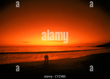 Zu zweit stehen am Sandstrand mit Sonnenuntergang malen den Pazifischen Ozean und Himmel - Stockfoto