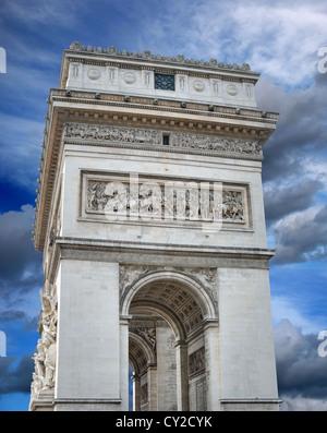 Der Triumphbogen (Arc de Triomphe de l'Étoile) am Place Charles de Gaulle, eines der berühmtesten Denkmäler in Paris, - Stockfoto