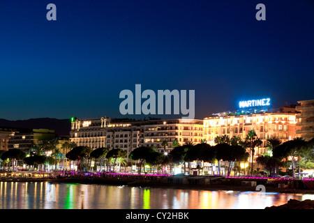 Die berühmten Art-deco-Stil Grand Hotel Martinez und Carlton an der Croisette in Cannes in der Abenddämmerung, Frankreich - Stockfoto