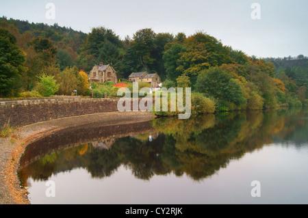 UK, South Yorkshire, Peak District, Rivelin Dämme & Fox Löcher Lodge im Herbst - Stockfoto
