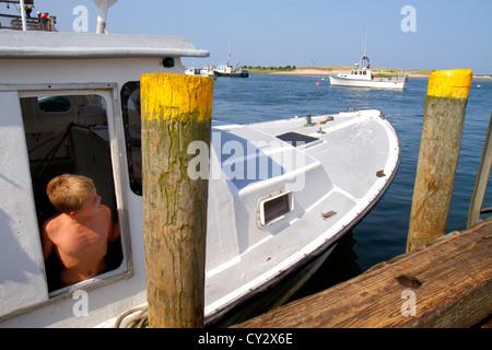 Massachusetts Cape Cod Chatham Shore Road Chatham Pier kommerziellen Fischerboot arbeiten Job Fischer boy - Stockfoto