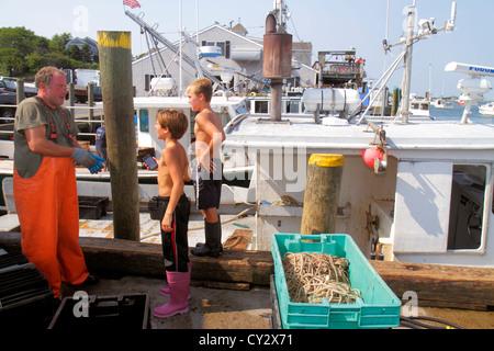 Massachusetts Cape Cod Chatham Shore Road Chatham Pier Berufsfischerei Boot Mann arbeiten Job Fischer jungen helfen - Stockfoto