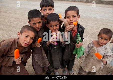 Afghanische Kinder bei einem Eis-Verkäufer in kabul - Stockfoto