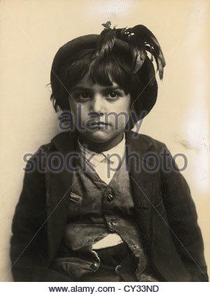 Porträt eines jungen Mannes mit einer Mütze mit einer Feder. - Stockfoto