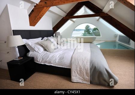 Das Schlafzimmer eines modernen Luxus-Ferienhaus in der Nähe von Abersoch auf der Lleyn-Halbinsel in North Wales - Stockfoto