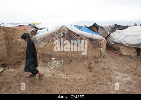 Afghanischer Junge Wandern in einem Slum von kabul - Stockfoto