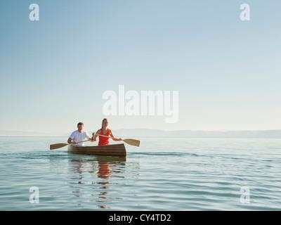 USA, Utah, Gartenstadt, Porträt von zwei Jugendlichen Kanu paddeln - Stockfoto