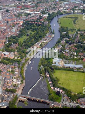 Chester und den Fluss Dee mit touristischen Boote auf dem Fluss, Cheshire, North West England - Stockfoto