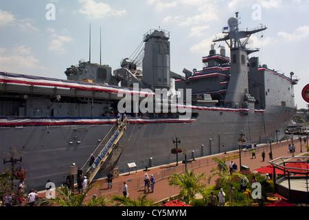 Besucher warten in Baltomores Innenhafens Baltimore Navy Week 2010 an Bord der USS WHIDBEY Insel (LSD-41) - Stockfoto