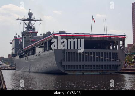 USS WHIDBEY ISLAND (LSD-41) im Baltomores inneren Hafen von Baltimore Navy Week 2010 - Stockfoto