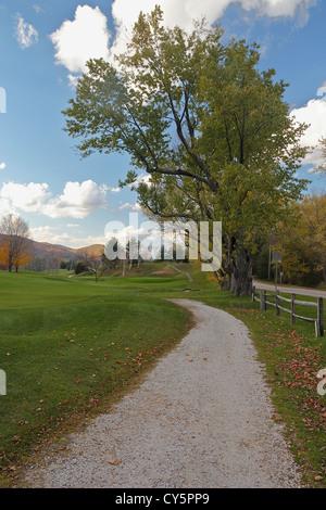 Ein Weg durch Dorset Field Club Golfplatz, das älteste kontinuierlich betrieben Golfplatz in den Vereinigten Staaten. - Stockfoto
