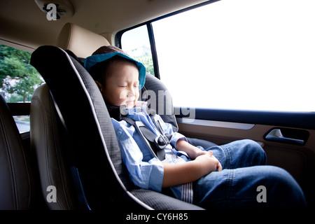 Chinesischer kleiner Junge schlafen im Auto - Stockfoto