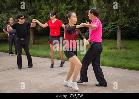 Chinesen Tanz im Tempel des Himmels Park im Sommer in Peking, China - Stockfoto