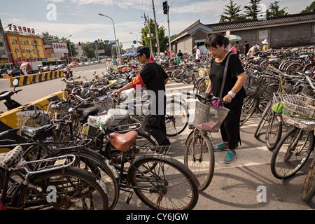 Fahrrad-Parken im Tempel des Himmels Park im Sommer in Peking, China - Stockfoto