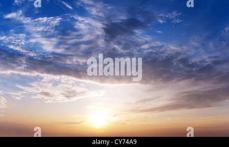 Dawn. Steigende Sonne Farben ist der Himmel erstaunliche Farben - Stockfoto